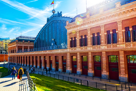 Foto per MADRID, SPAIN - 27 MARCH, 2018: The interior of the passenger station Atocha in Madrid. - Immagine Royalty Free