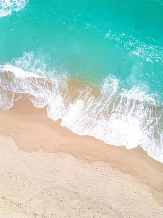 Photo pour Aerial view of sandy beach and ocean with waves - image libre de droit