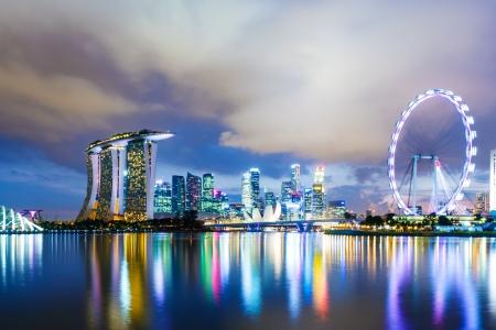Foto de Singapore skyline at night - Imagen libre de derechos