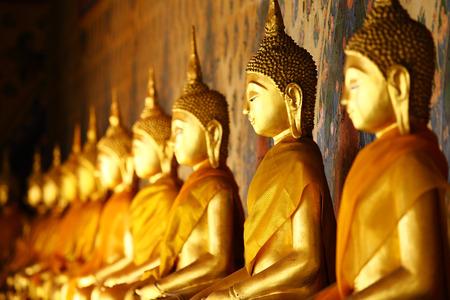 Foto de Golden buddha in temple - Imagen libre de derechos