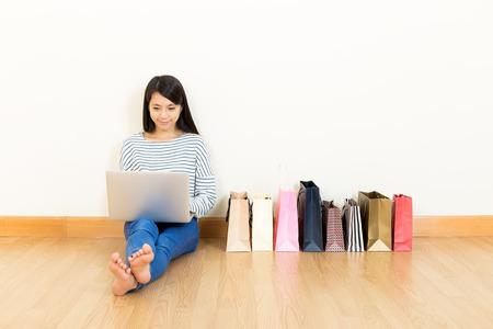 Photo pour Asia woman online shopping at home - image libre de droit