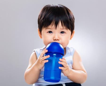 Foto de Baby drink with water bottle - Imagen libre de derechos