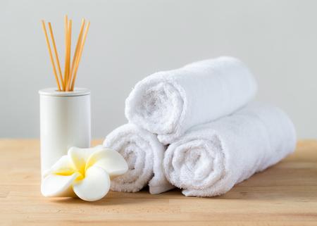 Foto de Aromatherapy spa plumeria and towel - Imagen libre de derechos