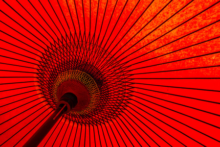 Photo pour Traditional Japanese red umbrella - image libre de droit