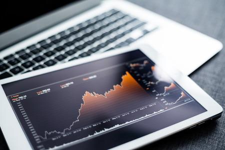 Photo pour Stock market chart on tablet pc - image libre de droit