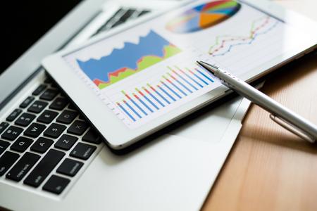 Foto de Tablet computer and financial charts - Imagen libre de derechos
