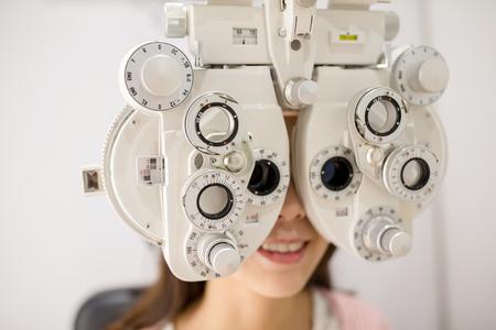Foto de Woman having optometry machine vision - Imagen libre de derechos