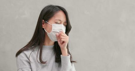 Foto de Woman wearing mask and feeling sick - Imagen libre de derechos