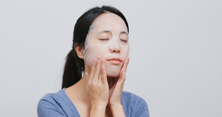 Photo pour Woman apply face mask - image libre de droit