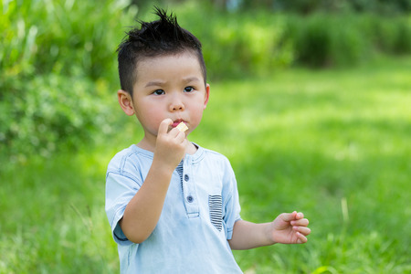 Photo pour Little kid eating snack - image libre de droit