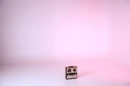 Photo pour retro record player on floor - image libre de droit