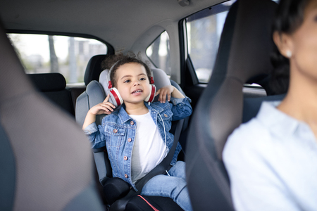 Foto de girl listening music in headphones while driving in car - Imagen libre de derechos