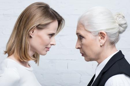 Foto de Side view of serious women looking at each other - Imagen libre de derechos