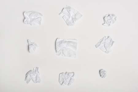 Photo pour top view of crumpled white note papers - image libre de droit