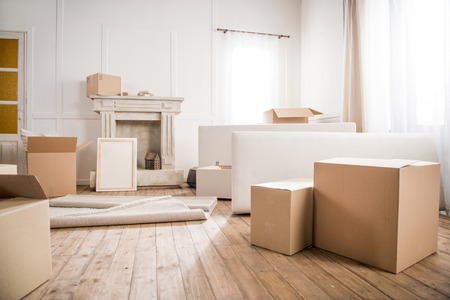 Photo pour Picture frame and cardboard boxes in empty room - image libre de droit