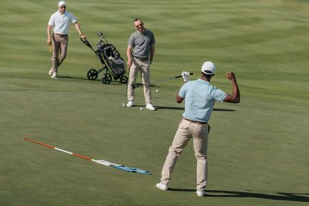 Photo pour african american golfer celebrating success with his friends - image libre de droit