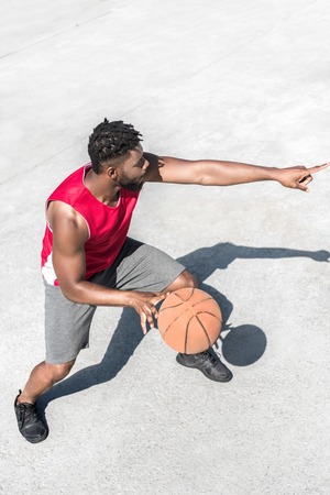 Photo pour african american basketball player training on court alone - image libre de droit