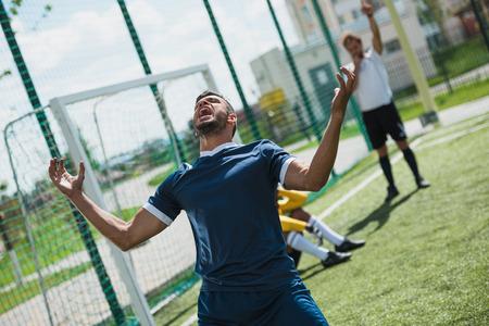 Foto de upset soccer player on soccer pitch during game - Imagen libre de derechos