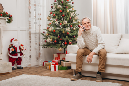 Photo pour man talking by phone on christmas - image libre de droit
