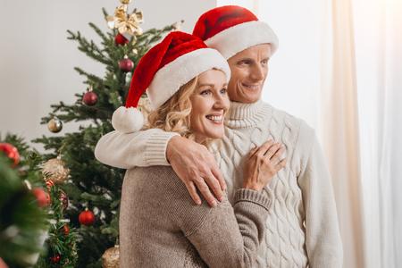 Foto de senior couple in santa hats - Imagen libre de derechos