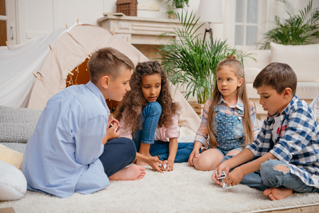 Photo pour children playing domino game together at home - image libre de droit