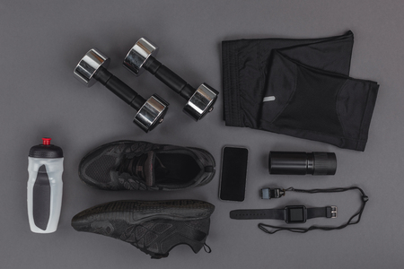 Photo pour flat lay with sportswear, fitness equipment and gadgets - image libre de droit