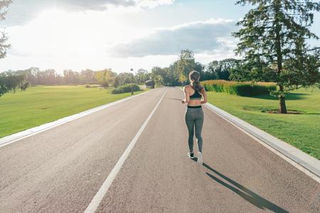 Photo pour woman running in park - image libre de droit