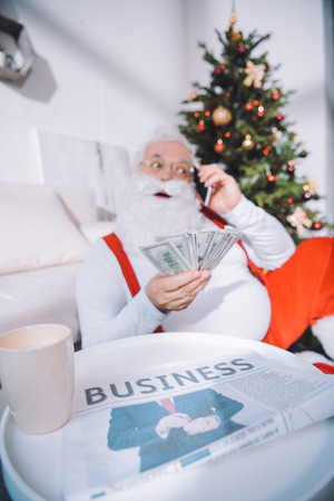 Photo pour santa claus with cash in hand - image libre de droit