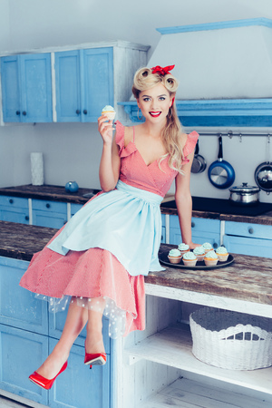 Photo pour pin up housewife with cupcakes - image libre de droit