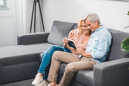 Photo pour couple looking at photo frame - image libre de droit