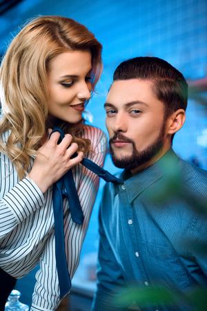 Photo pour young couple flirting - image libre de droit