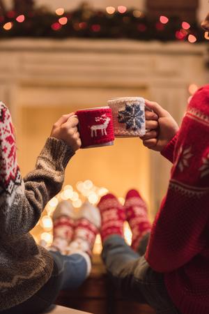 Foto de couple with cups at christmastime - Imagen libre de derechos