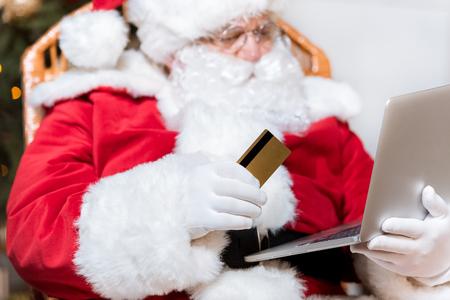 Photo pour santa claus shopping online - image libre de droit