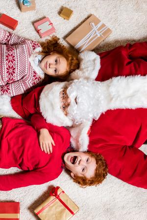 Photo pour santa claus and little kids - image libre de droit