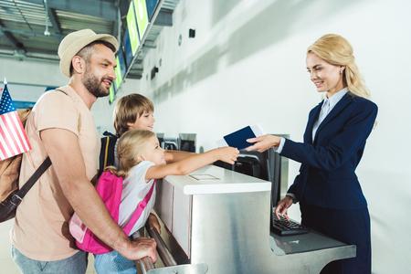 Foto de family at check in desk at airport - Imagen libre de derechos