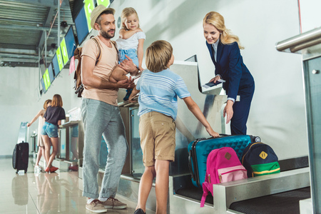Photo pour family at check in desk in airport - image libre de droit