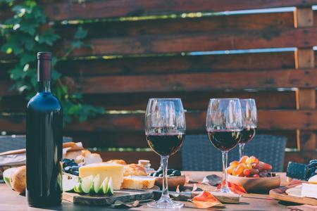 Foto de red wine with various snacks - Imagen libre de derechos