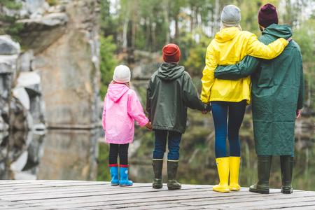 Photo pour family standing on wooden bridge - image libre de droit