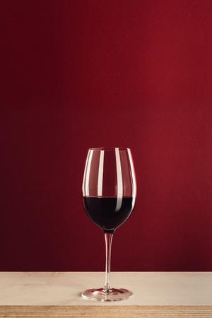 Foto de glass with red wine - Imagen libre de derechos