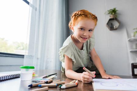 Foto de little happy girl drawing - Imagen libre de derechos