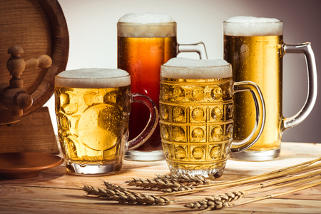 Foto de beer barrel and glasses of beer - Imagen libre de derechos