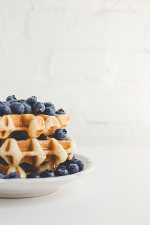 Photo pour plate of fresh waffles stack with blueberries - image libre de droit