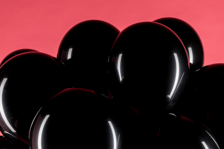 Photo pour close up view of black shiny balloons isolated on pink - image libre de droit