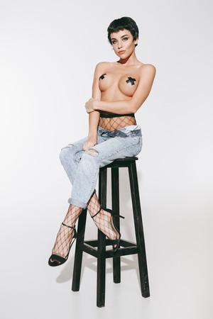 Foto de topless girl in jeans - Imagen libre de derechos