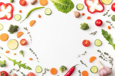 Photo pour circle of cut vegetables - image libre de droit