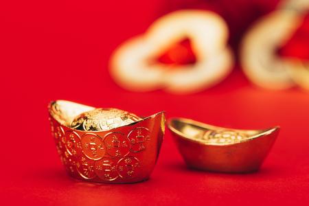 Foto de chinese golden ingots on red surface - Imagen libre de derechos