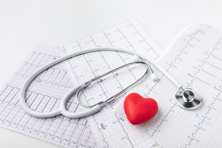Foto de stethoscope, cardiogram and red heart - Imagen libre de derechos
