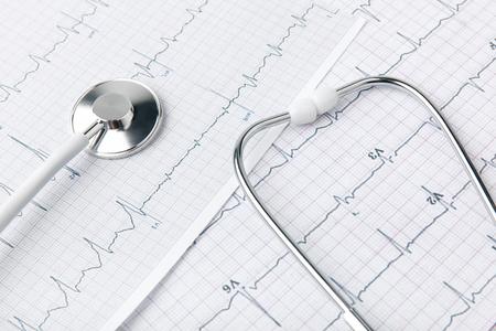 Foto de stethoscope laying on paper with cardiogram - Imagen libre de derechos