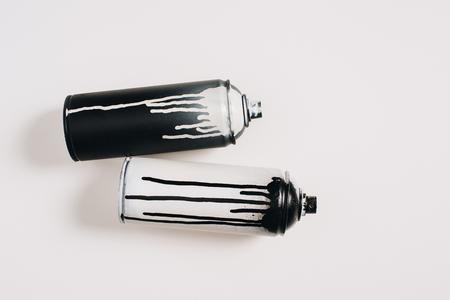 Foto de aerosol paint in cans isolated on white - Imagen libre de derechos
