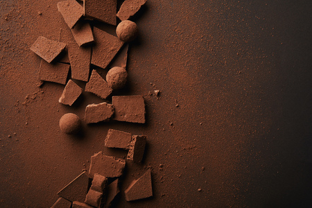 Photo pour flat lay with arranged truffles and chocolate bars with cocoa powder on tabletop - image libre de droit